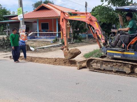กองช่างและประปา เทศบาลตำบลแคนดง ตัดต้นไม้ที่ไประสายไฟบ้านซองแมว